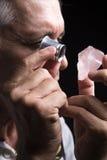 Stående av en juvelerare under utvärderingen av juvlar Arkivbild