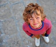 Stående av en knepig pojke utomhus Arkivfoto