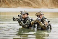 Stående av en kommandosoldat i slagfältet med ett vapen Fotografering för Bildbyråer