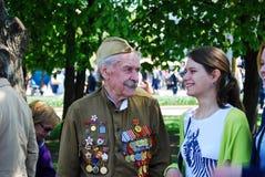Stående av en krigsveteran och en ung kvinna Arkivbild