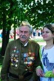 Stående av en krigsveteran och en ung kvinna Arkivfoto