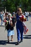 Stående av en krigsveterankvinna och den unga kvinnan arkivbilder