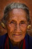 Stående av en kvinna av den Chhaimale byn, 29km söder av Kathmand Royaltyfria Bilder