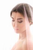 Stående av en kvinna Bruden med en rosa färg skyler Royaltyfria Foton
