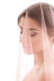 Stående av en kvinna Bruden med en rosa färg skyler Royaltyfri Foto