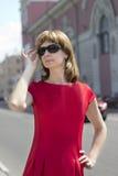 Stående av en kvinna i en röd klänning Arkivfoto