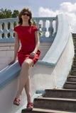 Stående av en kvinna i en röd klänning Royaltyfria Bilder