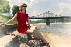 Stående av en kvinna i en röd klänning Royaltyfri Fotografi