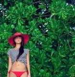 Stående av en kvinna i en tropisk liggande Royaltyfria Bilder