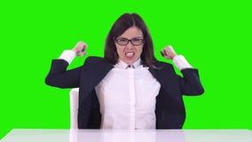 Stående av en kvinna i kontoret på en grön bakgrund Affärskvinnan svär och får ilsken på arbetare stock video