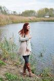 Stående av en kvinna i skogen Arkivfoto