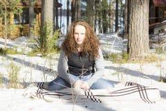 Stående av en kvinna i skogen i vinter Arkivfoto