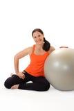 Stående av en kvinna med en Pilates övningsboll Arkivfoton