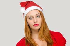 Stående av en kvinna med juljultomtenhatten Royaltyfri Bild