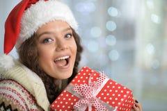 Stående av en kvinna med julklapp arkivfoto
