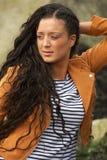 Stående av en kvinna med långt svart hår som utomhus poserar fotografering för bildbyråer