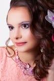 Stående av en kvinna med smink med rosa garneringteknik Royaltyfri Fotografi