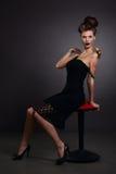 Stående av en kvinna med snigeln i svart klänning. Mode. Gotiskt Arkivfoton
