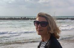 Stående av en kvinna mot havet arkivfoton