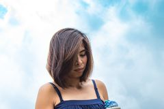 Stående av en kvinna och himlen arkivfoto