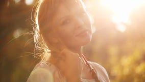 Stående av en kvinna på solnedgången lager videofilmer