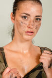 Stående av en kvinna som är klar för krig Royaltyfri Fotografi
