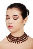 Stående av en kvinna som bär den härliga halsbandet Royaltyfria Bilder