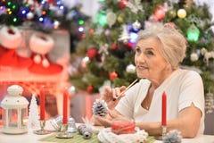Stående av en kvinna som förbereder sig för jul royaltyfri bild