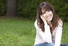 Stående av en kvinna som ler på kameran Fotografering för Bildbyråer