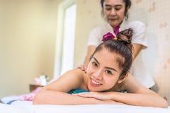 Stående av en kvinna som mottar thailändsk massage på säng royaltyfria foton