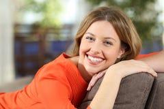 Stående av en kvinna som poserar se dig hemma Royaltyfri Bild
