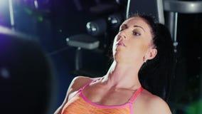 Stående av en kvinna, som utbildade intensivt kvinnlig bodybuilding lager videofilmer