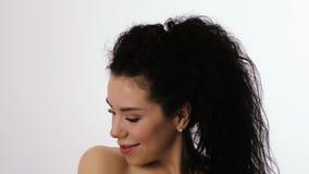 Stående av en kvinna som vinkar lockigt hår arkivfilmer