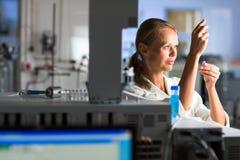 Stående av en kvinnlig forskare som gör forskning i en labb Arkivbild