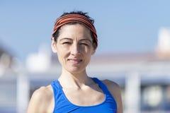 Stående av en löparekvinna på stranden, når att ha kört arkivfoton