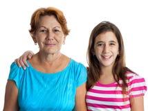 Stående av en latinamerikansk farmor och sondotter Arkivfoton