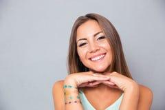 Stående av en le attraktiv flicka arkivbild
