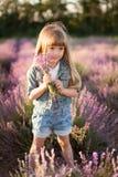 Stående av en le flicka i ett lavendelfält Royaltyfri Bild