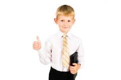 Stående av en le formell pojke med böcker arkivbild