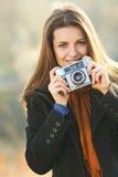 Stående av en le härlig kvinna med kameran Arkivfoto