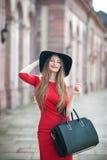 Stående av en le härlig ung kvinna med långt hår, blac Arkivfoton