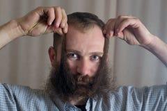 Stående av en le man med ett långt skägg Arkivfoto