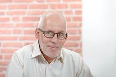Stående av en le pensionär med ett skägg royaltyfri fotografi
