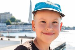 Stående av en le pojke i ett lock royaltyfri fotografi