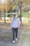 Stående av en le ung man som bär ett lock fotografering för bildbyråer