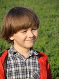 Stående av en le ung pojke på nature1en Royaltyfri Fotografi