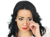 Stående av en ledsen deprimerad emotionell ung kvinna som bort torkar en reva arkivbilder
