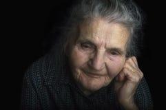 Stående av en ledsen gammalare kvinna Drömma förflutnan Arkivbild