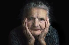Stående av en ledsen gammalare kvinna Drömma förflutnan Royaltyfri Bild