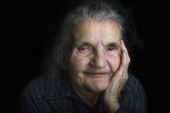 Stående av en ledsen gammalare kvinna Drömma förflutnan Arkivfoto